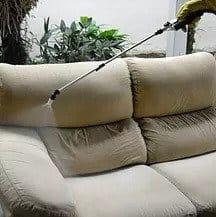 Limpeza de sofa com produto especial
